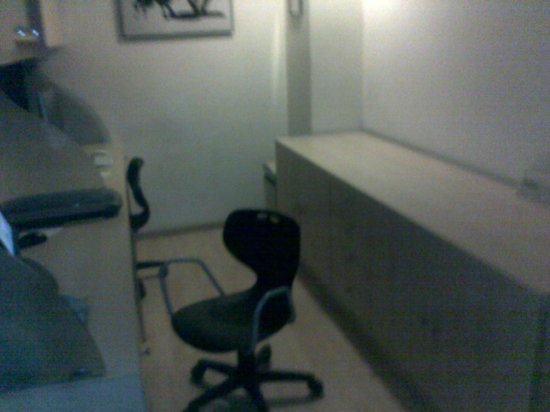 Lemon Tree Hotel, Udyog Vihar, Gurgaon:                   Small biz center with 2 work stations