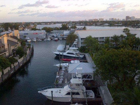 Hilton Fort Lauderdale Marina: Looking out over the Marina and the G bar from room 603