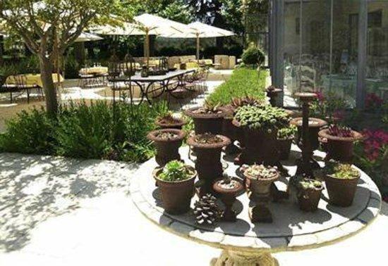 Chateau de Nans: terrasse restaurant