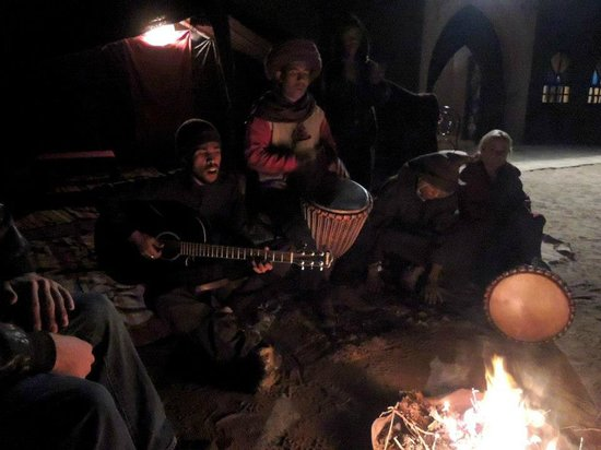 Takojte Hotel :                   Musique le soir au coin du feu, Amed et Immoda