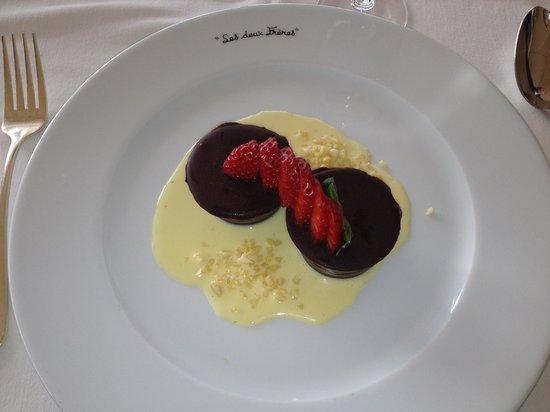 Hotel Restaurant Les Deux Freres:                   Marquise au chocolat et son deshabillé de fraises