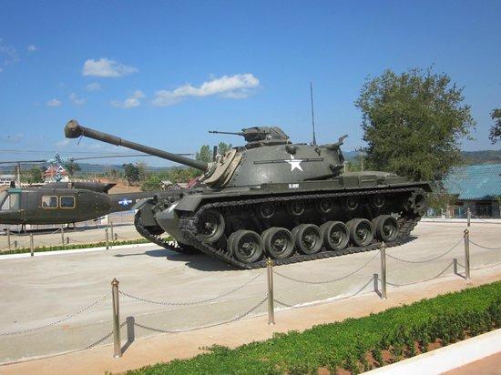 Ho Chi Minh Trail :                   Amerikansk stridsvagn som används i Vietnamkriget