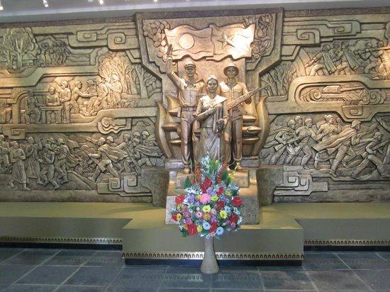 Ho Chi Minh Trail :                   Denna stora är det första man ser när man kommer in i Lam Son krigsmuseum