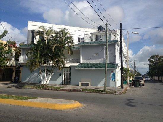 B & B Caribo Cozumel:                   vue de la rue
