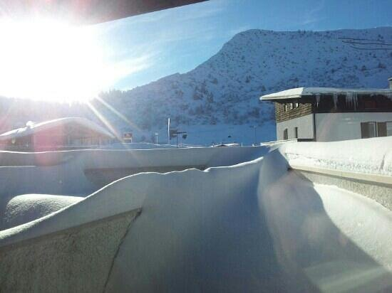 Dolomiti Chalet Family Hotel:                   panorama con il balconcino innevato