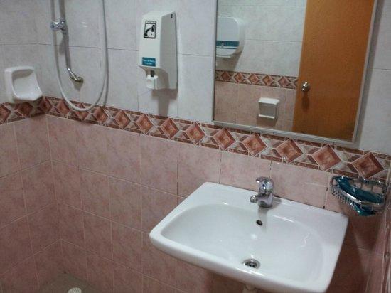 Hotel 81 Lucky:                   bathroom