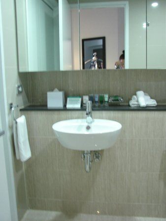 Meriton Serviced Apartments Campbell Street:                   spacious bathroom