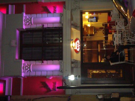 Divalis Hotel:                   вечерний вид на отель, самый романтичный! Кстати свет меняется, он не только р