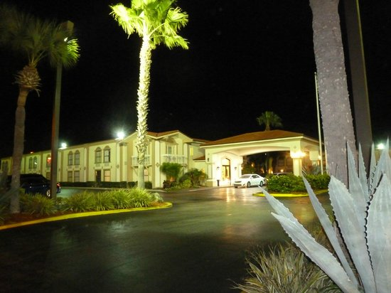 La Quinta Inn Orlando International Drive North:                   Nachts vor dem Hotel