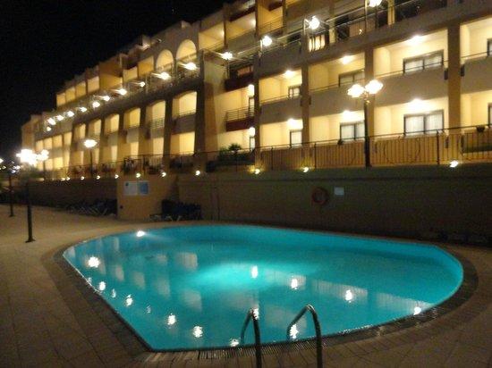 Marina Hotel Corinthia Beach Resort:                   la piscine exterieure