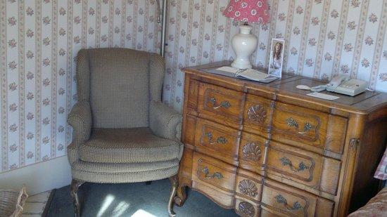 Petite Auberge: Dresser