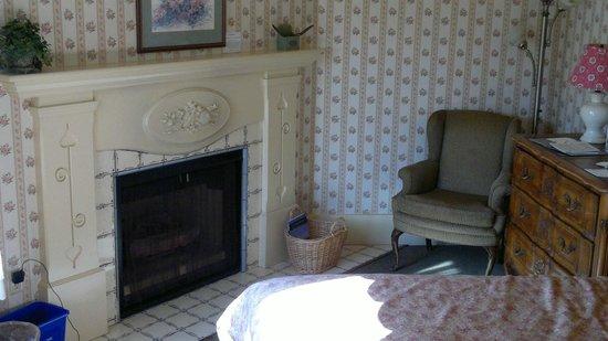 Petite Auberge: Fireplace