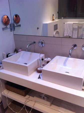 2Inn1  Kensington:                   The bathroom (mess all my own!)