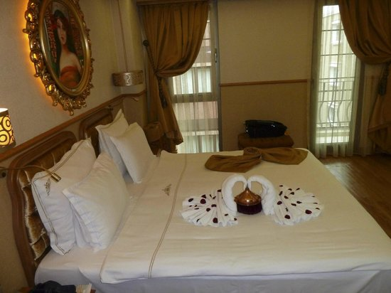 Hotel Sultania :                   Towel swans on Sultania bed