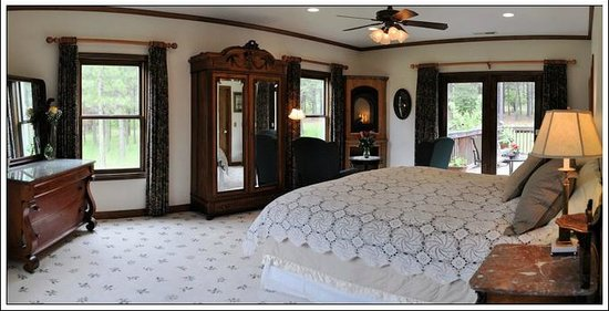 Ida-Home B&B: The Heritage Room - where all windows a doors open to the out-of doors