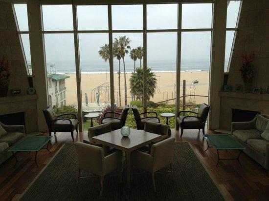 Loews Santa Monica Beach Hotel:                   una parte della hall con vista mare