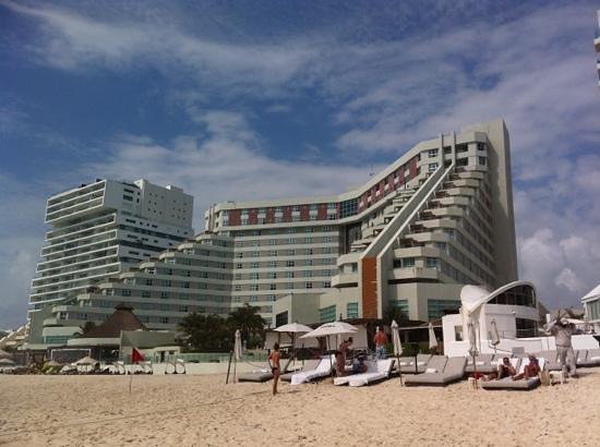 ME Cancun:                   Desde la playa!