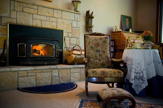 Ida-Home B&B: Cozy fireplace in the Great Room.