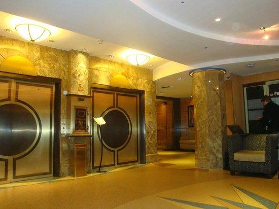 The Belvedere:                   Vestíbulo del hotel y ascensores