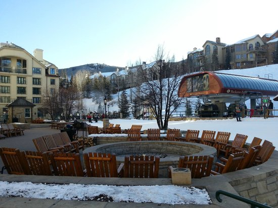 Park Hyatt Beaver Creek Resort and Spa: Fire pit, hotel terrace and the ski lift! Could not be more central