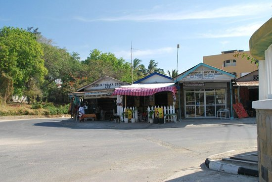 Emrald Flamingo Beach Resort & Spa: shops near the hotel