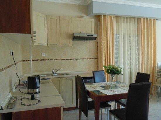 Kyknos De Luxe Suites Hotel:                   Зона кухни