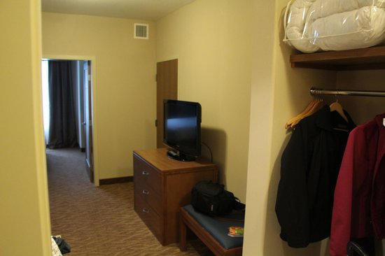 Sandman Hotel & Suites Squamish: sitting room with adjoining room next door