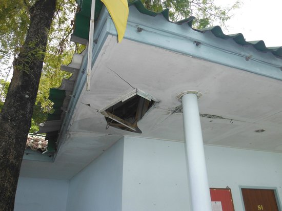 Phi Phi Don Chukit Resort: Ceiling falling down in hotel grounds