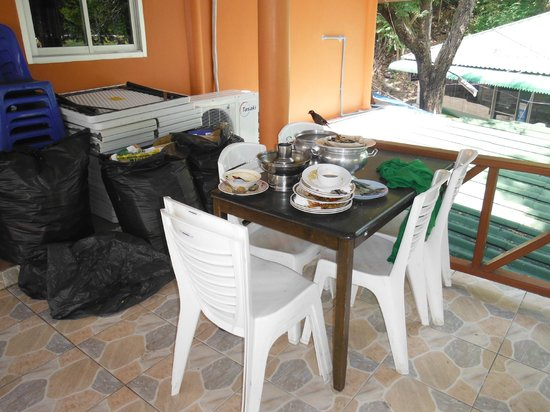 Phi Phi Don Chukit Resort: Plates not cleared up from restaurant