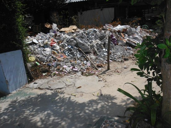 Phi Phi Don Chukit Resort: Rubbish