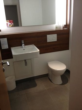 Hotel Campanile Northampton:                   bathroom