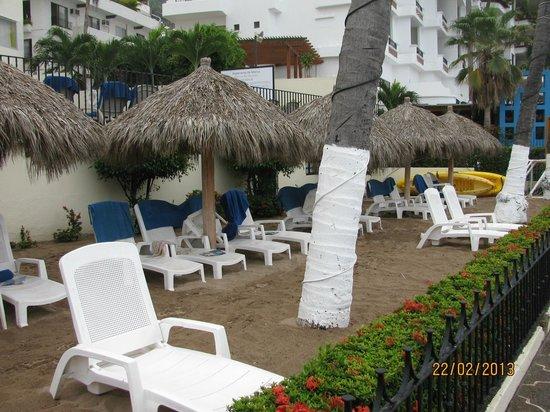 San Marino Hotel :                   Section avec les 6 Palapas dont les chaises sont réservés par le staff