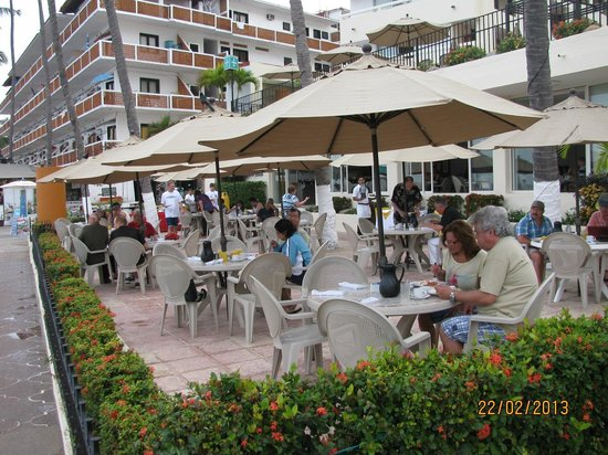 San Marino Hotel :                   Terrasse pour le petit déjeuner et le souper