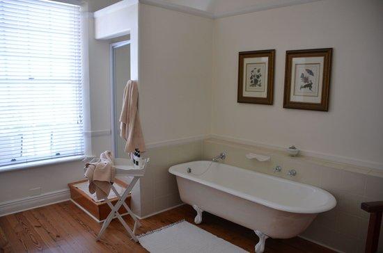 Botha House:                   Badezimmer mit freistehender Wanne
