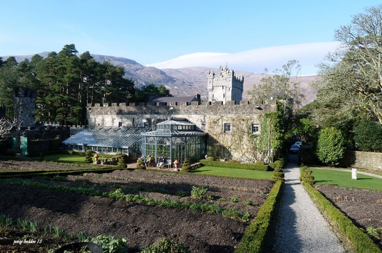 Glenveagh Kalesi:                   clenveagh castle and walled garden