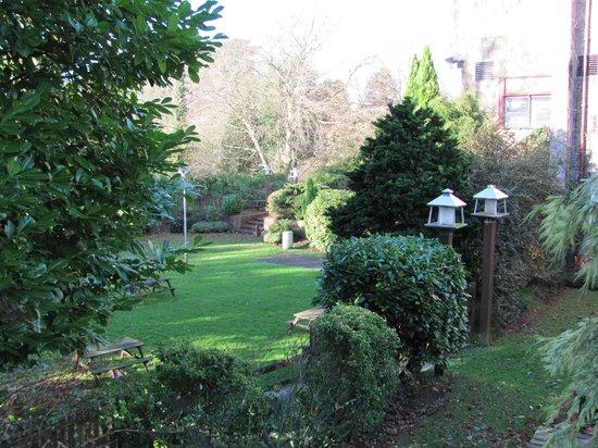 Premier Inn Burton On Trent East Hotel: Nice gardens