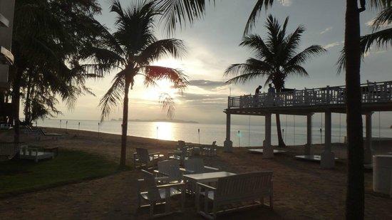 Anantara Si Kao Resort: Sunset at the Bar