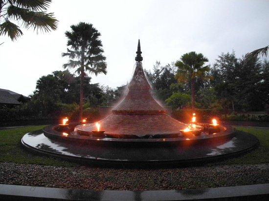 Anantara Si Kao Resort: Front fountain