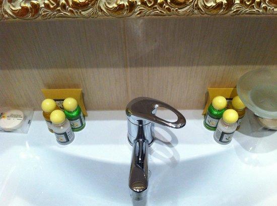 Grand Hotel Belorusskaya: Bathroom