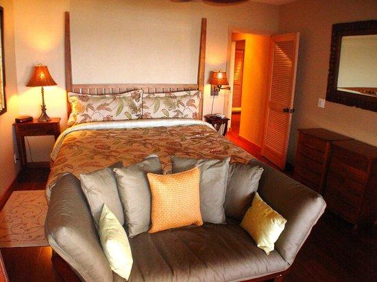 Alihi Lani Poipu Beach Oceanfront Condominiums: ALIHI LANI #4 OCEAN VIEW MASTER BEDROOM