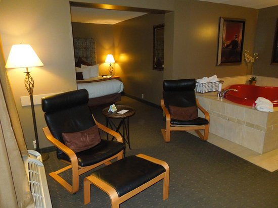 Best Western of Birch Run/Frankenmuth:                   Chairs in the living area of Jacuzzi suite
