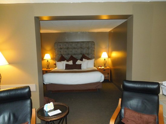 Best Western of Birch Run/Frankenmuth:                   View into the bedroom of Jacuzzi suite