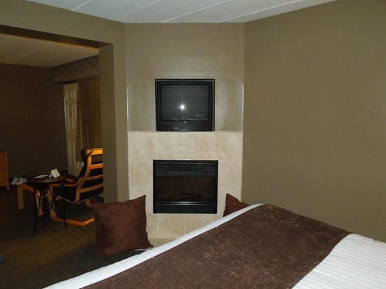 Best Western of Birch Run/Frankenmuth:                   TV and Fireplace in bedroom of suite