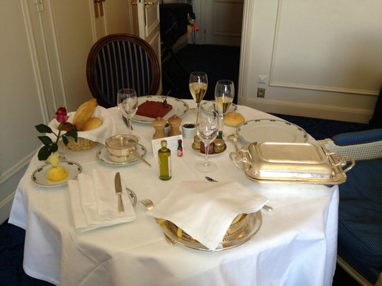 Hotel de Paris: Room service