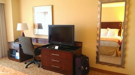 Marriott Macon City Center: TV & desk