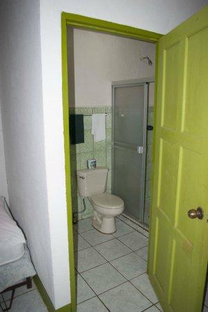 Hotel Los Delfines:                   Bathroom