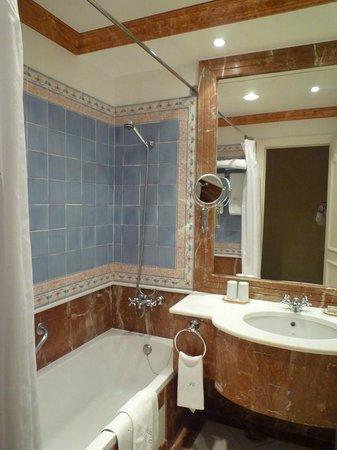 As Janelas Verdes: Salle de bains à l'ancienne avec le confort moderne