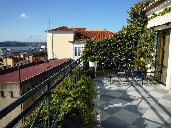 As Janelas Verdes: La terrasse devant la bibliothèque, très agréable
