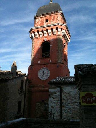 Campanile foto di castello di frontone frontone for Castello di frontone