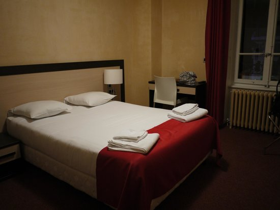Hotel du Louvre:                   room clean and neat